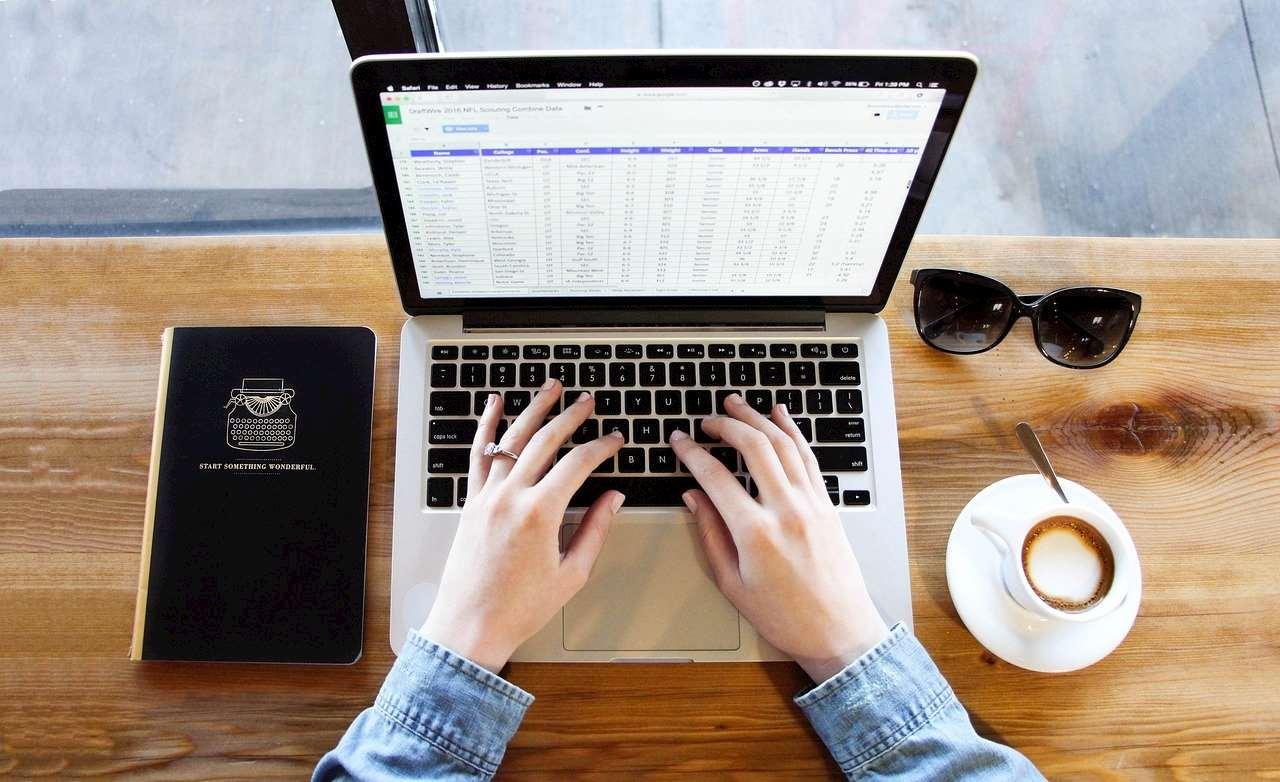 Bild på händer som skriver på en dator